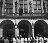 1977-3615 Burgemeester P.J. Oud op het balkon van het stadhuis.