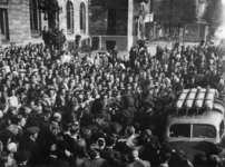 1977-3617 Bevrijdingsvreugde van de bevolking voor het stadhuis.