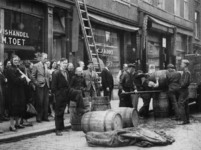 1977-3618 Op de Crooswijkseweg ter hoogte van nr. 166b staan mensen in de rij bij M. Toet vishandel voor haring van het ...