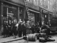 1977-3619 Op de Crooswijkseweg ter hoogte van nr. 166b staan mensen in de rij bij M. Toet vishandel voor haring van het ...