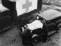 1977-3630 Auto en vrachtauto worden voorzien van de Rode Kruisvlag.
