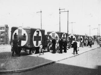 1977-3632 Kolonne van vrachtauto's voorzien van de Rode Kruisvlag.