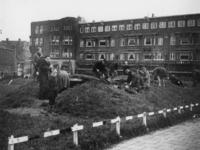 1977-3634 Op het Mathenesserplein wordt een schuilkelder gesloopt vanwege het hout.