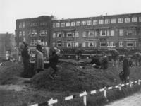 1977-3635 Op het Mathenesserplein wordt een schuilkelder gesloopt vanwege het hout.
