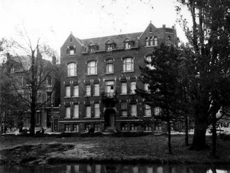 1977-3636 Gezicht op de Heemraadssingel en hoek van de Mathenesserlaan met het verwoeste gebouw van de ...