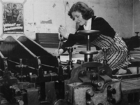 1977-3644 Een jonge vrouw aan het werk in een drukkerij.