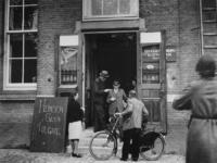 1977-3648 De ingang van het distributiekantoor aan de Baan.
