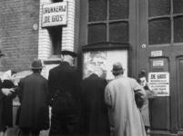 1977-3651 Bekendmaking van de nieuwe distributiebonnen bij de drukkerij De Gids aan de Bloklandstraat, waar De Gids ...