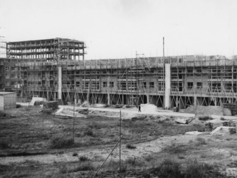 1977-3683 Nieuwbouw in de steigers bij de Meent en de Pannekoekstraat.