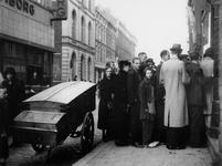 1977-3690 Schaarste aan voedselvoorziening gedurende de bezettingstijd. Tijdens de hongerwinter staan mensen in de rij ...