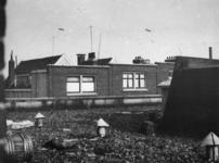 1977-3702 Luchtballonnen boven de Sint-Jobshaven, bedoeld ter verdediging tegen luchtaanvallen.