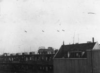 1977-3703 Luchtballonnen boven de Sint-Jobshaven, bedoeld ter verdediging tegen luchtaanvallen. Op de achtergrond boven ...