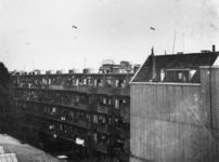 1977-3704 Sperluchtballons boven de Sint-Jobshaven bedoeld als Duitse verdedigingsmaatregel. Op de achtergrond boven de ...