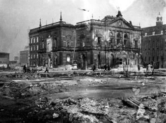 1977-3709 Gezicht op de door het Duitse bombardement van 14 mei 1940 getroffen schouwburg in de Aert van Nesstraat, uit ...