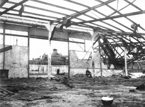 1977-3710 Gezicht op vermoedelijk de Maashaven of mogelijk Rijnhaven met verwoestingen, vernielde loods veroorzaakt ...