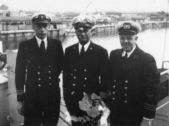 1977-3719 De kapitein en officieren van het stoomschip Van der Capelle van de HAL, het eerste Nederlandse zeeschip in ...