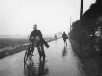 1977-3721 Door de hevige storm komen diverse fietsers en voetgangers in moeilijkheden.
