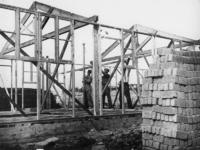 1977-3726 Bouw van houten noodwoningen.