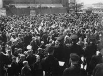 1977-3743 Rotterdamse burgers vieren voor het stadhuis de bevrijding van Nederland.