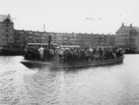 1977-3747 Het zogenaamde Delftse bootje vervoert op de Delfshavense Schie passagiers tussen Delft en Rotterdam.