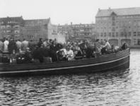 1977-3748 Het zogenaamde Delftse bootje vervoert op de Delfshavense Schie passagiers tussen Delft en Rotterdam.