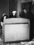 1977-3750 Bewoners van de wijk Katendrecht keren naar hun huizen terug, na de havenverwoestingen door de Duitse bezetter.