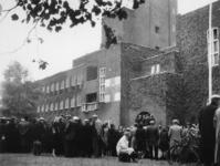 1977-3751 Bewoners van de wijk Katendrecht die in verband met de havenverwoestingen geëvacueerd zijn, bijeen voor het ...