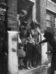1977-3753 Uitdelen van Engelse biscuits van de Nationale Hulpactie Rode Kruis.