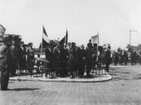 1977-3755 Autoriteiten onder wie burgemeester P.J. Oud en mevrouw J.C. Oud (midden) slaan een demonstratie van Canadese ...