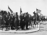 1977-3756 Autoriteiten onder wie burgemeester Oud en mevrouw Oud slaan een demonstratie van Canadese militairen gade.