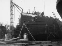 1977-3764 Een binnenvaartschip wordt ontkopt, om het schip geschikt te maken als landingsvaartuig.