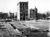 1977-3768 Puinresten na het bombardement van 14 mei 1940. Nog staand pand aan de Baan. Uit het oosten, op de ...