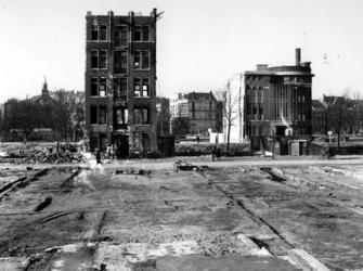 1977-3769 Puinresten na het bombardement van 14 mei 1940. Nog staand pand aan de Baan. Uit het oosten, op de ...