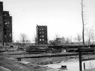 1977-3772 Restanten na het Duitse bombardement van 14 mei 1940. Het pand in het midden staat aan de Schiedamsesingel, ...