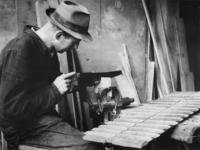 1977-3773 Het maken van houten kammen.