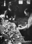 1977-3774 Het maken van houten lepels.