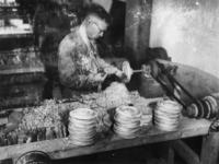 1977-3775 Het maken van houten borden.