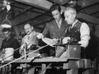 1977-3776 Het maken van houten borden.