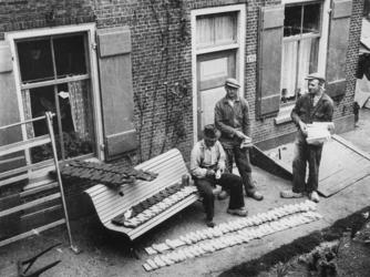 1977-3783 Op de Lekdijk bij Schuagt te Lekkerkerk worden houten zolen gemaakt.