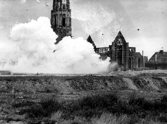1977-3805 Bij de beschadigde Sint-Laurenskerk worden puinresten van verwoeste huizen en gebouwen opgeblazen als gevolg ...