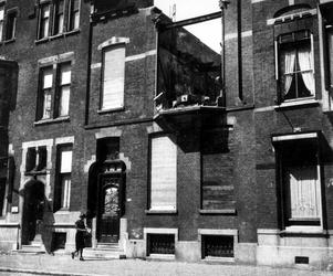 1977-3813 Gezicht op de Mathenesserlaan met het verwoeste huis op nr. 231 van tandarts F.C. Wicart, dat in op 24 ...