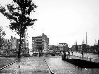 1977-3825 Gezicht op de door het Duitse bombardement van 14 mei 1940 getroffen omgeving van de Botersloot en ...
