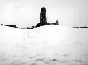1977-3826 Gezicht op de verwoeste Sint-Laurenskerk gezien vanachter heuvels besneeuwd puin als gevolg van het Duitse ...