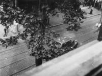1977-3831 Dolle Dinsdag in Utrecht. Vertrek van Duitse militairen. Op de voorgrond een gecharterde auto.