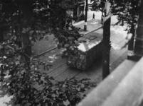 1977-3832 Dolle Dinsdag in Utrecht. Vertrek van Duitse militairen. Op de voorgrond een gecharterde autobus.