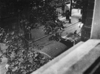 1977-3833 Dolle Dinsdag in Utrecht. Vertrek van Duitse militairen. Op de voorgrond een gecharterd voertuig.