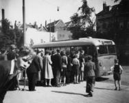 1977-3840 Mensen op de Oostzeedijk in de rij voor de bus E naar Capelle aan den IJssel.