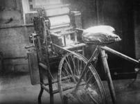 1977-3846 Een illegale stencilmachine die wordt aangedreven door middel van een fiets.