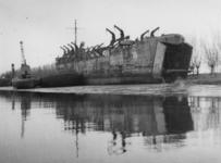 1977-3847 Een transportschip in Hendrik Ido Ambacht.