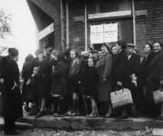 1977-3849 (Rhenen). Mensen staan in de rij om goederen in ontvangst te nemen van de HARK ( Hulp Aktie Rode Kruis).